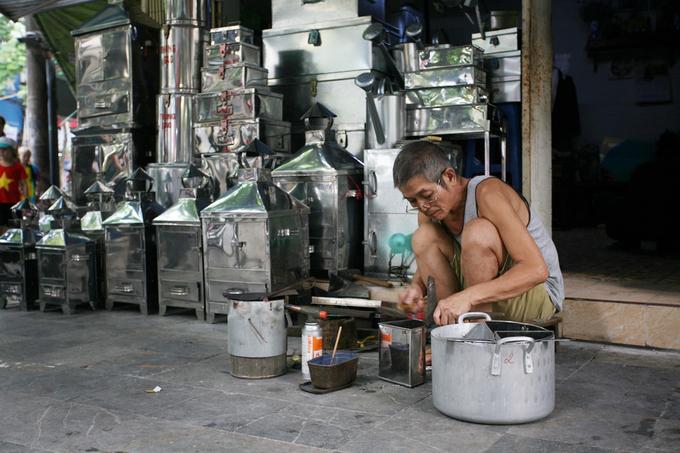 Hầu hết cửa hàng là những hộ kinh doanh nhỏ, cha truyền con nối. Sản xuất tiểu thủ công nghiệp quy mô nhỏ nên quan trọng nhất không phải là vốn mà là sự khéo léo của đôi bàn tay người thợ.