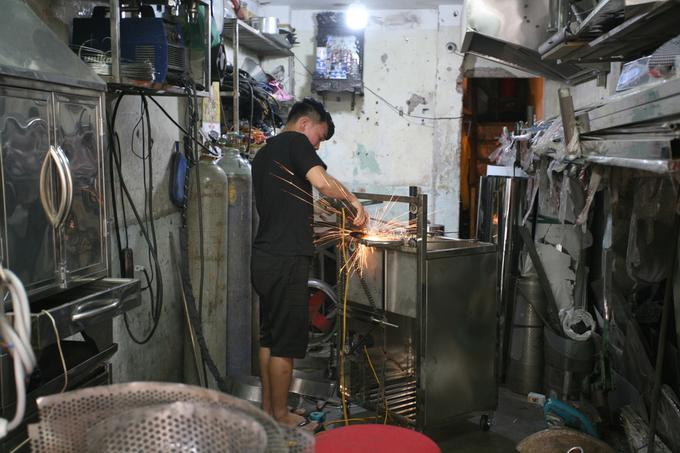 Xưa kia người thợ gia công kim loại phải có bếp lò, nhưng giờ đã có các thiết bị điện thay thế.