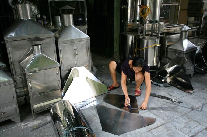 Trong không gian sản xuất chật hẹp, nhưng những người thợ vẫn miệt mài làm việc.