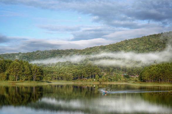 Lãng đãng sương sớm trên hồ Tuyền Lâm - Ảnh: TRẦN THÙY LINH
