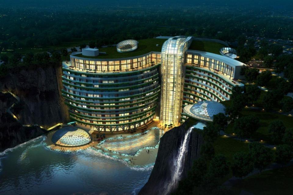Khách sạn có 18 tầng với 16 tầng nằm dưới mặt đất, nước và chỉ có 2 phòng nằm phía trên. Tổng số phòng là 336.