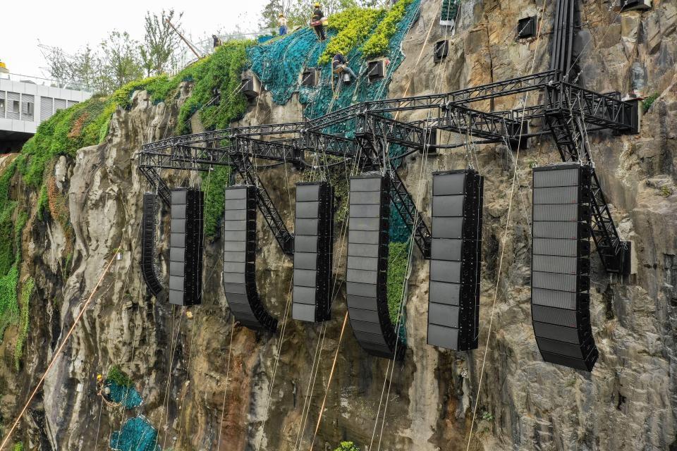 Khách sạn độc đáo này được xây dựng trên một khu mỏ đá bị bỏ hoang nhiều năm, có độ sâu 88 m. Kinh phí đầu tư lên đến gần 300 triệu USD và mất 10 năm hoàn thành.
