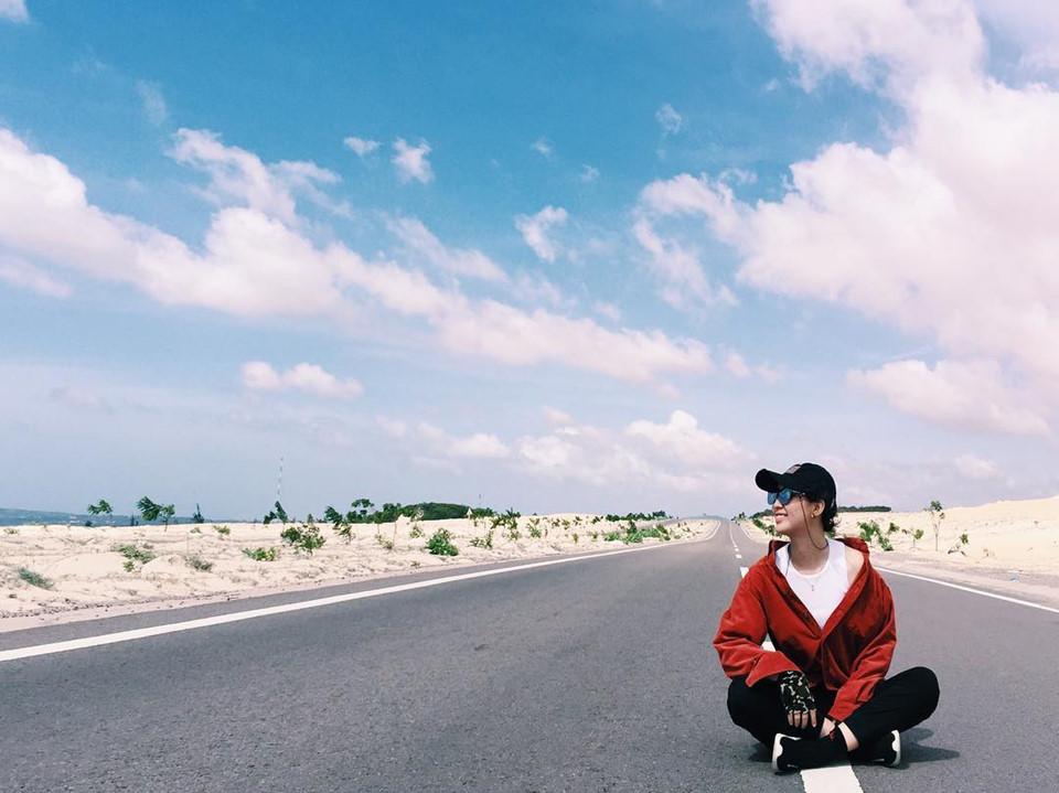 Đồi cát Mũi Né (Bình Thuận): Trải dài trên phần lớn diện tích của Bình Thuận với quy mô ngày càng lan rộng, Mũi Né là một trong những thiên đường cát lớn nhất ở Việt Nam. Do gió bào mòn, thổi bay lớp cát mỏng manh phía trên nên địa hình nơi đây luôn thay đổi, trù phú theo thời gian. Bởi lẽ đó, quần thể Mũi Né còn được biết đến với cái tên đồi cát bay. Ảnh: Lam.nhinguyen.