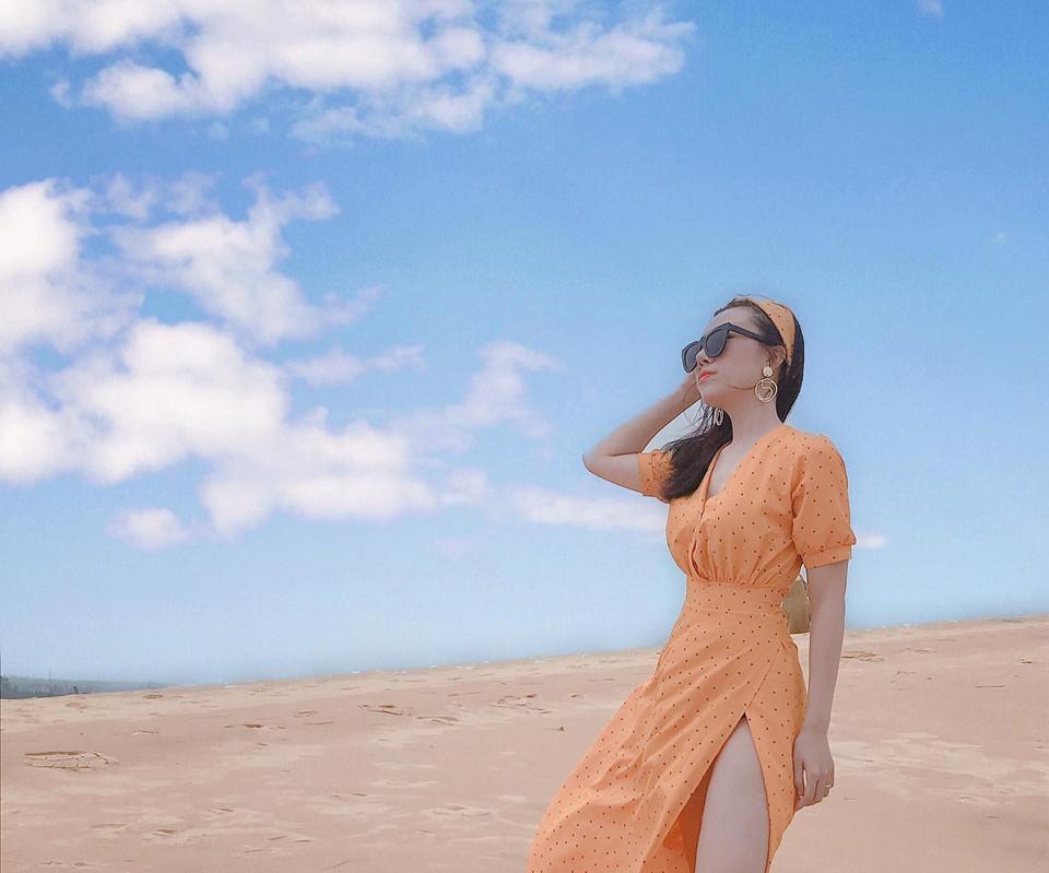 Điểm đặc biệt hấp dẫn du khách nhất có lẽ là sự thay đổi kỳ diệu về màu sắc của cát theo thời gian ở đây. Cát trắng tinh bao phủ nơi này trong một sớm bình minh. Khi Mặt Trời lên cao, màu cát vàng rực, đến xẩm tối lại chuyển sang xám trắng. Ảnh: Trang Lê.
