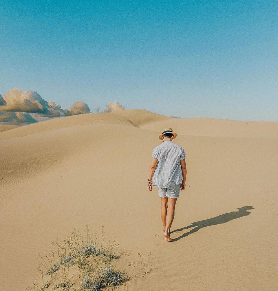 Đồi cát Nam Cương (Ninh Thuận): Cách thành phố Phan Rang khoảng 8 km về phía đông nam, đồi cát Nam Cương là địa điểm chưa được khai thác du lịch nhiều. Có lẽ, chính vẻ bình dị và mộc mạc đó đã hấp dẫn nhiều vị khách đến đây. Bạn có thể thử cảm giác bước đi trên đồi cát mịn màng như nhung để sớm mai, ngọn gió biển làm tan biến những dấu chân trần để lại. Ảnh: _iamkoo5.