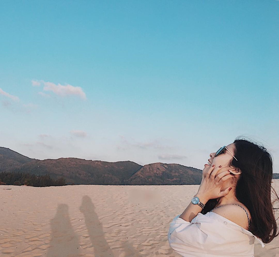 Đồi cát Phương Mai (Bình Định): Là một trong những đồi cát đẹp nhất miền Trung, nằm cạnh bãi biển Nhơn Lý mộng mơ, Phương Mai là điểm dừng chân thú vị nếu bạn có dịp ghé thăm đất võ Bình Định. Nơi đây, mỗi thời điểm mang một vẻ đẹp khác nhau. Lúc Mặt Trời lên cao nhất trong ngày, bạn sẽ được chiêm ngưỡng khung cảnh bao phủ một màu vàng ruộm, rực rỡ, ló rạng hay khuất bóng trên đồi cát đẹp đến nao lòng. Ảnh: Dip_db.