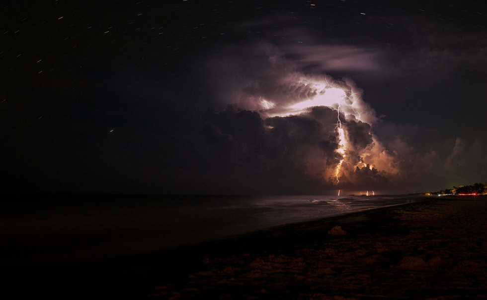 Sấm chớp vào một đêm bão tại bãi biển Tulum - Ảnh: Daniel Caja/Getty