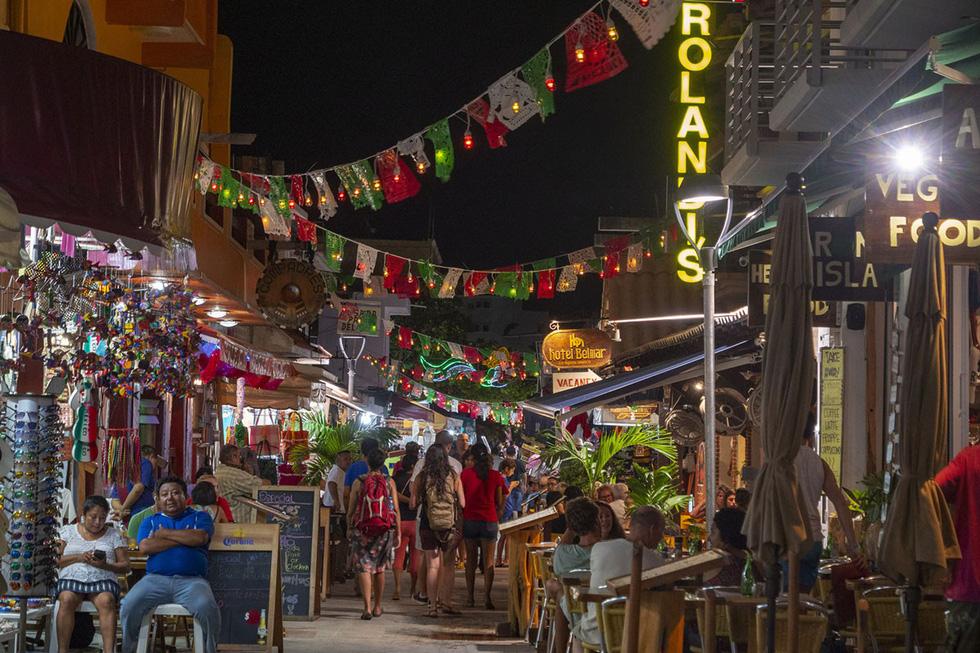 Du khách nhộn nhịp tại khu nhà hàng Isla Mujeres, gần thành phố Cancun - Ảnh: Donald Miralle/Getty/Lumix