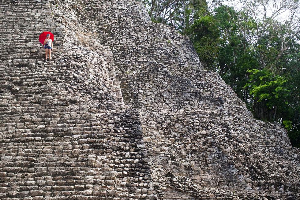 Nữ du khách tạo dáng trên các bậc của đại kim tự tháp vĩ đại Nohoch Mul tại Coba, một di chỉ khảo cổ của người Maya - Ảnh: Mark Watson/Highlux/Getty