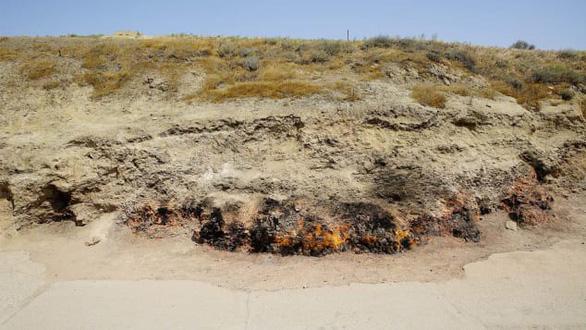 Khí tự nhiên rò rỉ từ dưới lòng đất khiến đám cháy không bao giờ tắt - Ảnh: CNN