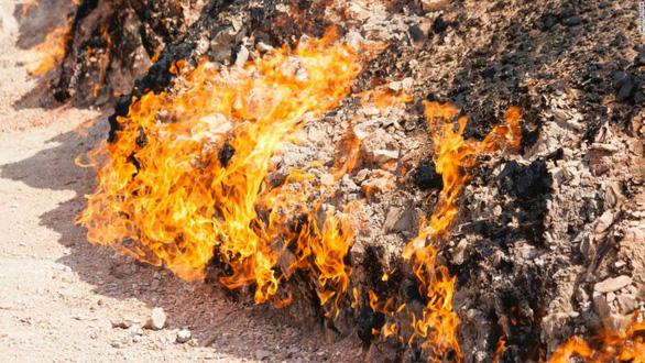 Thậm chí mưa tuyết cũng không thể dập tắt những ngọn lửa ở Yanar Dag - Ảnh: CNN