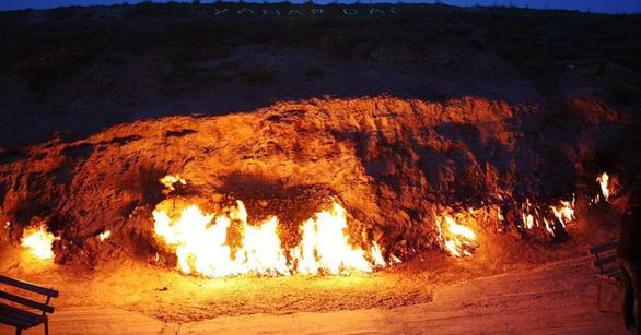 Những ngọn lửa vẫn cháy dù ngày hay đêm - Ảnh: TWITTER