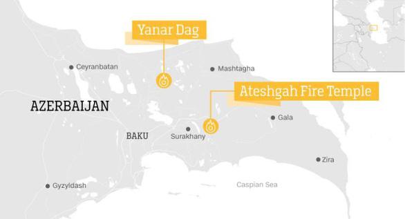 Yanar Dag nằm ở phía bắc, trong khi đền thờ lửa Ateshgah nằm ở phía đông của thủ đô Baku - Ảnh: CNN