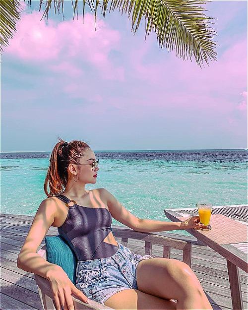 Tuy chưa tới thời điểm du lịch Maldives lý tưởng nhất nhưng kỳ nghỉ của Minh Hằng cũng gặp nhiều thuận lợi vì thời tiết đẹp, nắng ấm, trời xanh. Khu resort Hurawalhi nằm trên một hòn đảo độc lập, bốn bề là nước biển xanh trong. Du khách chỉ mất một phút đi bộ là ra tới biển. Còn với những du khách thuê hạng phòng Ocean Villa thì chỉ cần nhảy ào xuống đại dương xanh ngay khi bước ra khỏi cửa phòng.