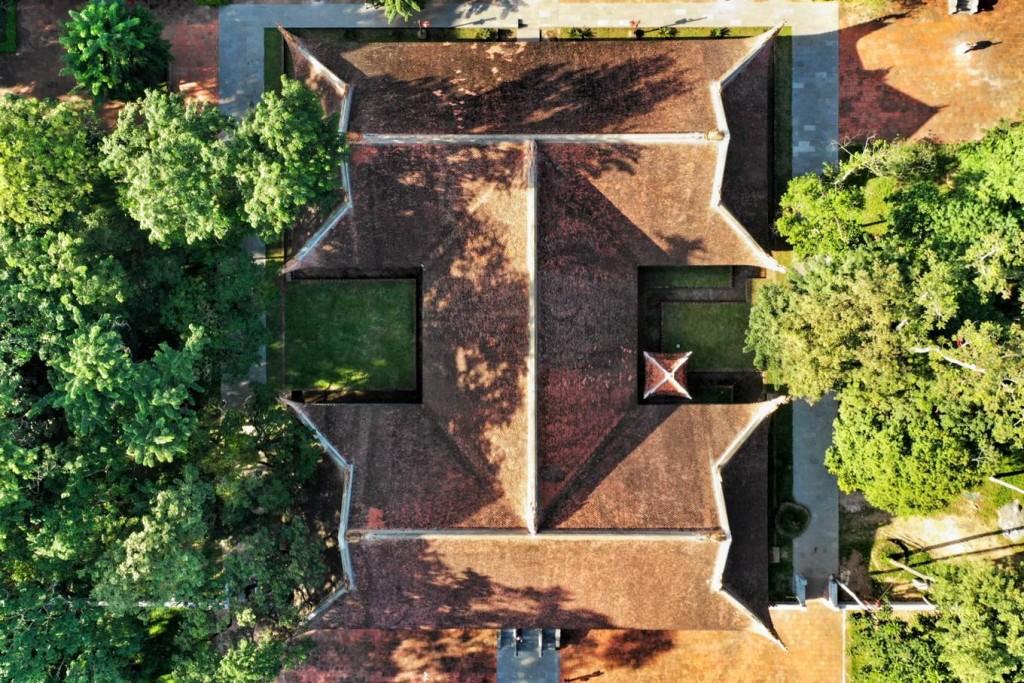 """Chính điện Lam Kinh bố trí theo hình chữ """"công"""" gồm 3 tòa điện lớn xây trên nền đất rộng, là Quang Đức, Sùng Hiếu và Diên Khánh. Đây là công trình kiến trúc gỗ quy mô, với hàng cột cái của cả ba điện có đường kính đến 62 cm.  Nằm sau khu chính điện là Thái miếu Lam Kinh gồm 9 tòa được bài trí trang nghiêm, là nơi thờ cúng tổ tiên, các vị vua và hoàng thái hậu nhà Lê. Nhưng hiện tại mới có 5 Thái miếu được phục dựng."""
