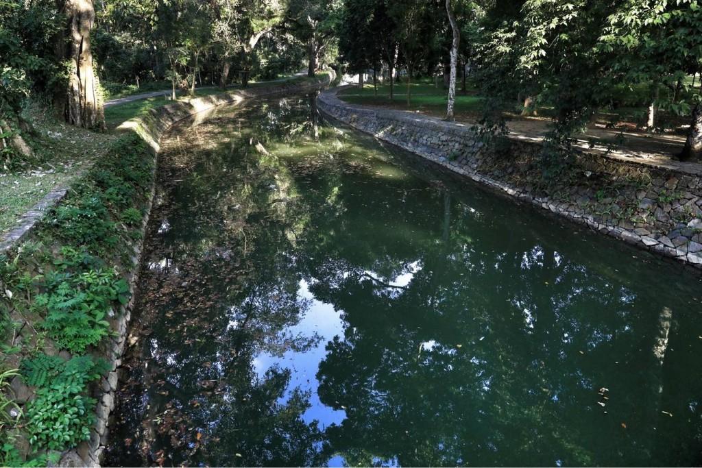 Đường dẫn vào hoàng thành có một con sông đào tên là sông Ngọc. Dòng chảy này bắt nguồn từ Tây Hồ, vòng qua trước thành và điện Lam Kinh. Theo sách Hoàng Việt dư địa chí, nước sông trong veo, đáy sông có nhiều sỏi tròn đẹp.