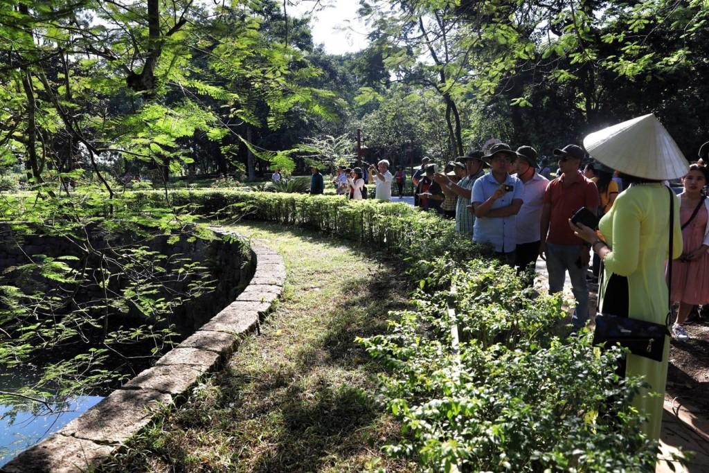 Hàng năm có rất đông du khách đến viếng điện Lam Kinh và tham quan chụp ảnh tại giếng cổ. Đây là một trong những giếng cổ lớn nhất Việt Nam hiện nay.