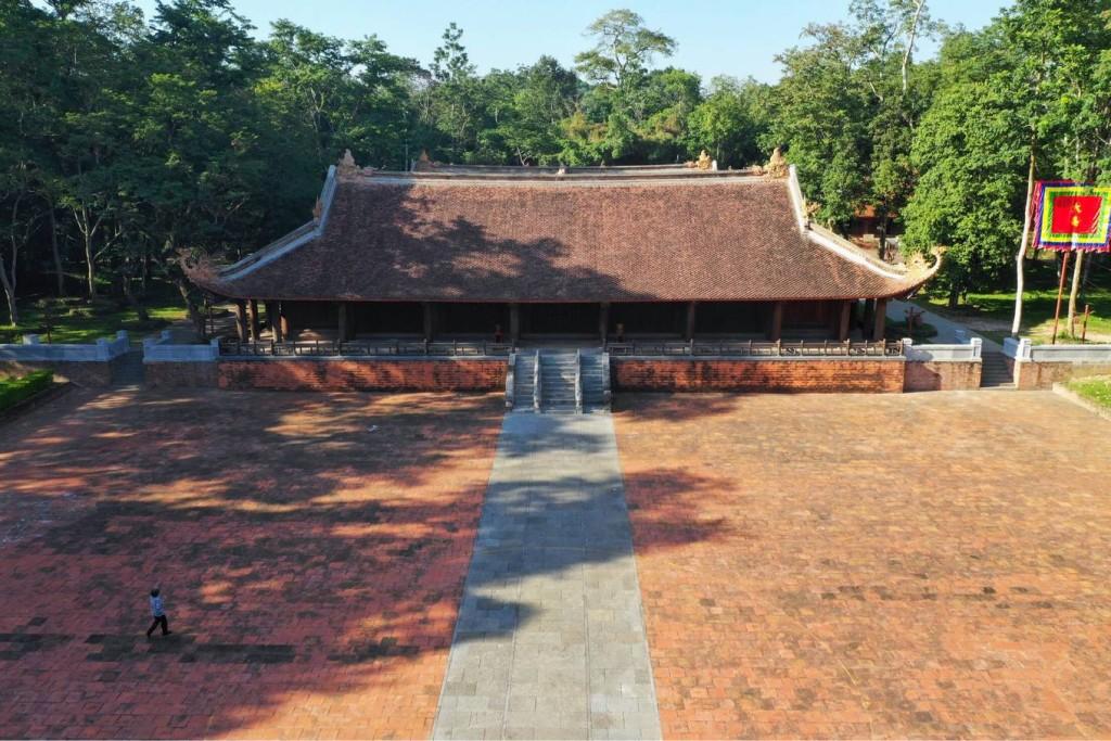 Qua Ngọ môn vào đến sân rồng. Sân trải rộng khắp bề ngang chính điện và đến sát thềm hai nhà tả vu và hữu vu với tổng diện tích hơn 3.500 m2.