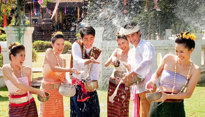 Năm mới ở Lào diễn ra từ 14 đến 16/4 mỗi năm. Ngày 13 là ngày cuối cùng của năm cũ. Người dân thường tổ chức các hoạt động như lễ hội té nước, đưa rước các nhà sư, các biểu ngữ đầy màu sắc giăng khắp nơi cùng nhiều nghi lễ quan trọng khác. Trong thời gian này, mọi người cũng thường làm công đức. Ảnh: Sayaboury Tourism.