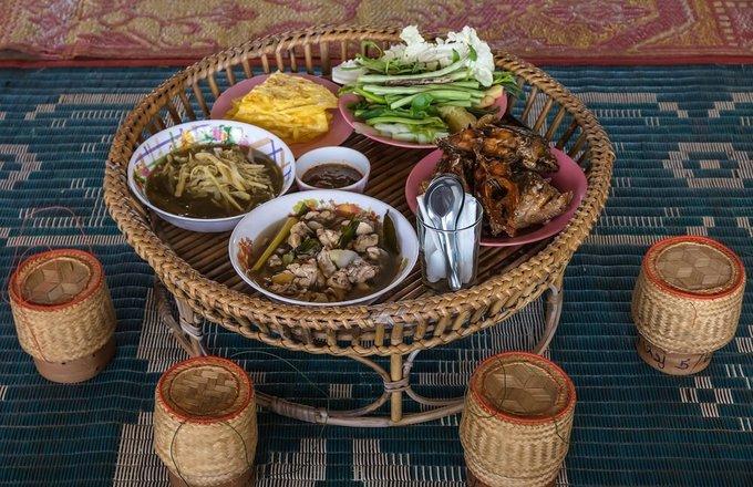 Người Lào ăn gạo nếp nhiều nhất thế giới, và người dân thường ăn bốc. Ẩm thực thường khô và cay, có nhiều rau, thảo mộc tươi. Người dân cũng thường ăn thịt và cá hấp hoặc nướng. Ảnh: Backyardtravel.
