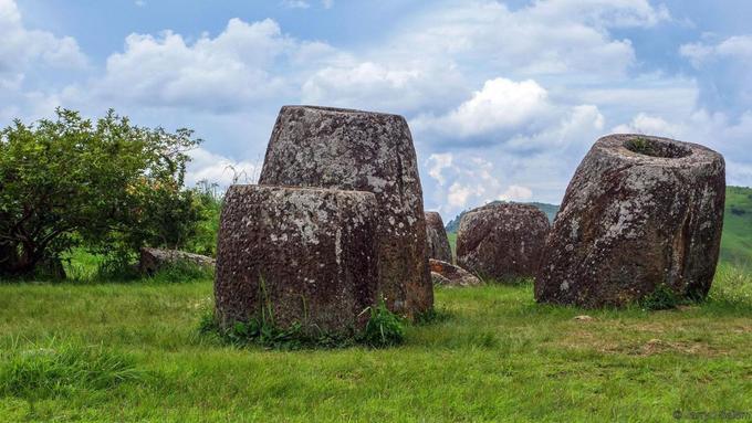 Khi đến Lào, du khách có thể nhìn thấy những chiếc bình bằng đá cổ khổng lồ, nằm rải rác trong khu vực gần thành phố Phonsavan (được gọi là Jars). Có khoảng hơn 2.500 bình như vậy và các nhà nghiên cứu vẫn chưa đưa ra được lời giải đáp về sự ra đời của chúng. Ảnh: BBC.
