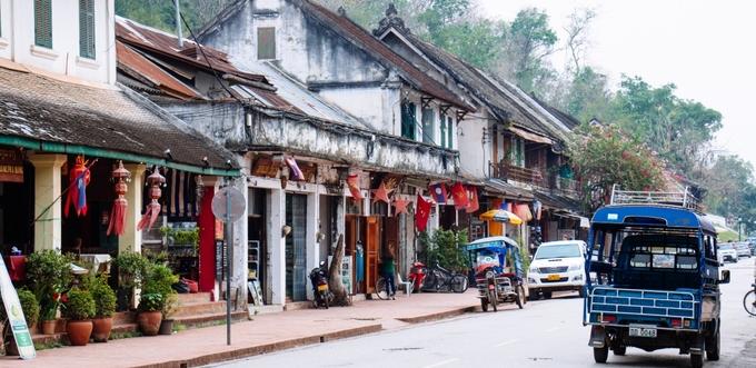 Luang Prabang là địa điểm nhất định phải đến khi tới đây. Thành cổ đã được UNESCO công nhận này từng là kinh đô cho đến năm 1975. Nơi đây có những ngôi đền và cung điện cổ được bảo tồn, rất cổ kính và đẹp mắt. Nếu tới đây, bạn nhất định nên đi lang thang ở các khu chợ, ghé thăm bảo tàng Quốc gia và dành thời gian để tận hưởng bầu không khí của thị trấn xinh đẹp này. Ảnh: Ttrweekly.