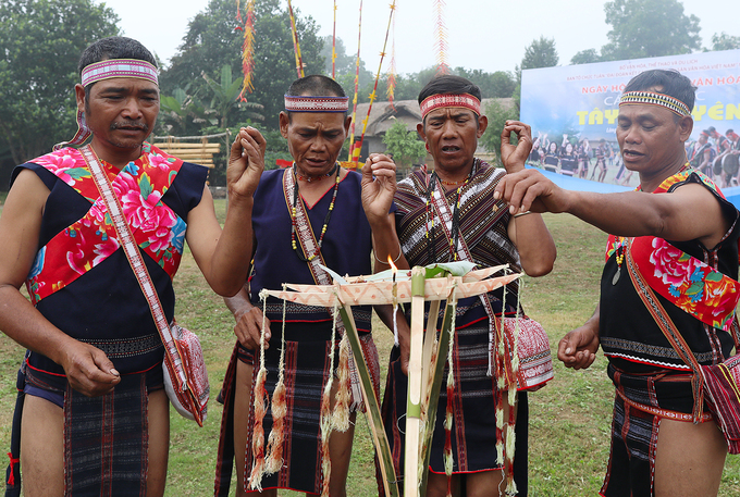 Các thầy cúng tiến hành nghi lễ tại phần sân trước cửa nhà để mời các vị thần về.
