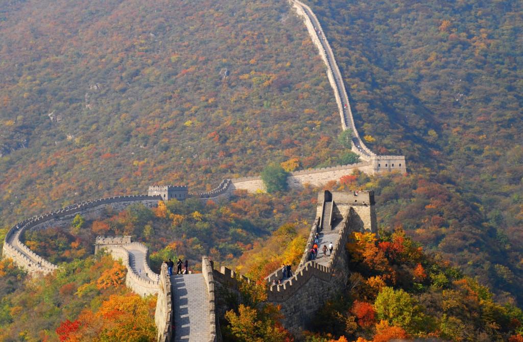 Giống nhiều địa danh khác, khi lá chuyển màu là lúc thu tới, nhưng mùa thu ở bức tường thành nổi tiếng của Trung Quốc vẫn có nét riêng, một chút cổ kính trầm buồn, vừa thơ mộng, lại rất trữ tình. Từ trên cao, đoạn tường thành như dải lụa trắng vắt ngang qua rừng cây hùng vĩ đang độ thay lá. Cây cối lần lượt chuyển mình đổi màu áo mới, vẫn còn những tán lá xanh mang sắc hạ nhưng hầu hết lá đã ngả vàng, có cây nhuốm màu đỏ rực. Ảnh: Kevin Chai. Mùa thu nơi thành cổ mang nét đẹp tráng lệ. Giữa núi đồi hùng vĩ điểm xuyết vẻ nhẹ nhàng, đằm thắm của những rặng cây lá đỏ. Ảnh: Andydorn.