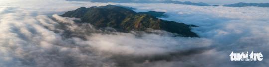 Toàn cảnh núi Đại Bình, một ngọn núi lớn và là điểm đứng ngắm toàn cảnh Bảo Lộc, Bảo Lâm của dân nhiếp ảnh, những người yêu thích cắm trại, dã ngoại - Ảnh: LÊ VĂN CƯỜNG