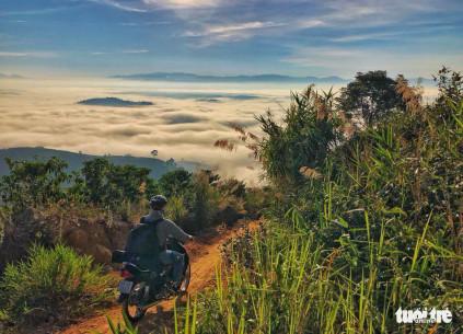 Đường lên đỉnh Đại Bình ngắm cảnh TP. Bảo Lộc - Ảnh: LÊ VĂN CƯỜNG