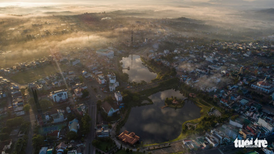 Hồ Đồng Nai, một hồ nước lớn ở Trung tâm TP. Bảo Lộc - Ảnh: LÊ VĂN CƯỜNG