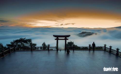 """Chùa Linh Quy Pháp Ấn với cổng gỗ được xem là """"cổng trời"""" của vùng Bảo Lộc, Bảo Lâm. Từ đây du khách có thể ngắm toàn cảnh thành phố Bảo Lộc và vùng núi Đại Bình - Ảnh: LÊ VĂN CƯỜNG"""