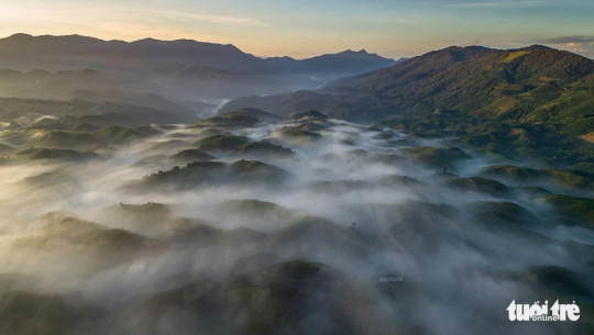 Toàn cảnh vùng núi Đại Bình nhìn từ hướng TP. Bảo Lộc vào sáng sớm - Ảnh: LÊ VĂN CƯỜNG