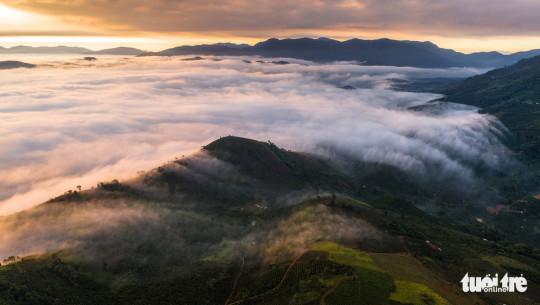 Biển mây ở vùng núi bao quanh khu vực TP. Bảo Lộc - Ảnh: LÊ VĂN CƯỜNG