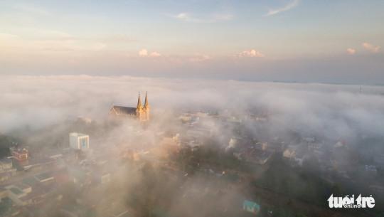 Nhà thờ Thánh Mẫu Lộc Phát nhìn từ trung tâm TP. Bảo Lộc - Ảnh: LÊ VĂN CƯỜNG