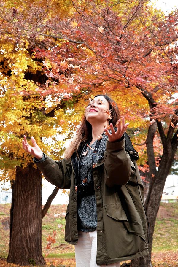 Chỉ cần tản bộ dọc con đường trong các công viên là đủ để bạn cảm nhận được mùa thu. Du khách cũng đừng quên trải nghiệm tắm Onsen để khám phá văn hóa của người bản địa và cùng hiểu thêm cách họ thư giãn, giao lưu và gắn kết cộng đồng.