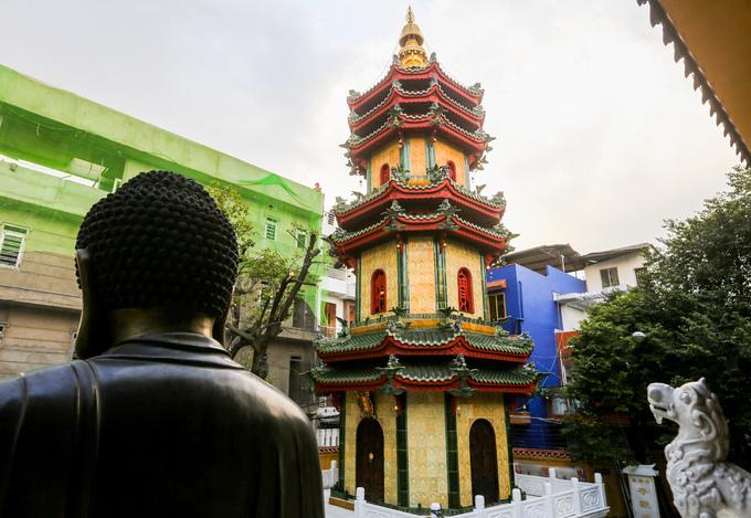 Nổi bật trong khuôn viên chùa là ngôi tháp Đẳng Quang được xây dựng năm 1996 và hoàn thành sau ba năm. Tháp cao 22 m, được Trung tâm sách kỷ lục công nhận là chùa có tháp gốm cao nhất Việt Nam.