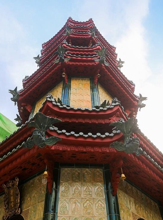 Tháp gốm gồm ba tầng với bảy mái được lợp ngói lưu ly. Mái làm theo hình cá chép hóa rồng. Bên trong tháp thờ Xá lợi Phật, tầng hầm có tro cốt và vật lưu niệm của các vị trụ trì trước đây.