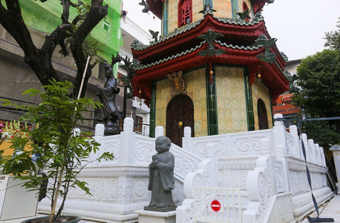 Tầng nền có họa tiết hoa sen cách điệu trên nền men trắng. Bốn cửa xung quanh chạm 8 vị thần Kim Cang trên nền gỗ. Lối vào tháp luôn đóng cửa, hạn chế cả du khách, tăng ni phật tử đi lên.