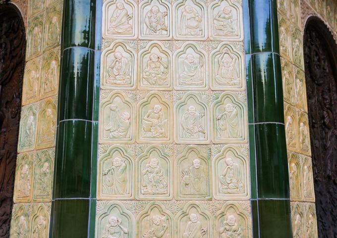Những viên gạch ốp bên ngoài tháp đều bằng gốm, khắc họa hình thập bát la hán.