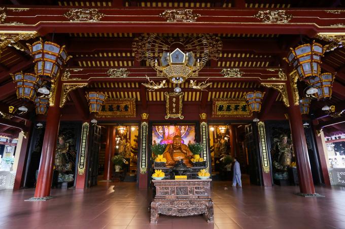 Chánh điện chùa khá rộng, dù được xây mới nhưng vẫn mang nét kiến trúc truyền thống với hệ thống kèo cột, rui mè đỡ mái giống như kiểu nhà rường Việt Nam.