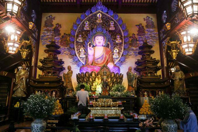 Phía trong cùng của chánh điện là hình ảnh Đức Phật A Di Đà được tôn trí uy nghiêm trên đài sen, hai bên là hình ảnh các vị la hán, mỗi người một tư thế.