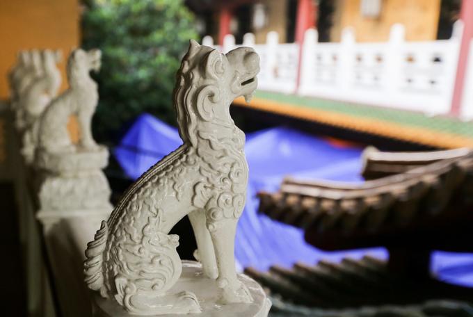 Quanh hành lang chùa trang trí những con nghê màu trắng, điêu khắc tinh xảo theo một hàng thẳng.
