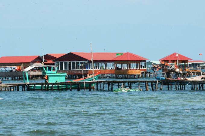 Các nhà bè ở đây có cửa sổ thoáng rộng để đón gió biển mát lộng. Trong lúc chờ chế biến hải sản, du khách có thể nằm võng thư giãn. Một cơ sở có thể sở hữu 2-3 nhà bè, để phục vụ các đoàn khách lên đến 100 người.