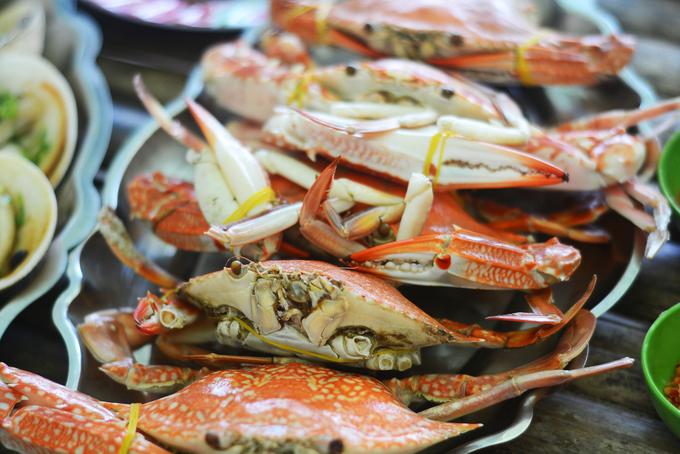 Sò, ốc, ghẹ... là hải sản phổ biến ở đây, thường chế biến bằng cách luộc hoặc nướng, giữ vị tươi ngon, mặn mòi của biển. Để nhâm nhi, bạn cũng có thể gọi một nồi lẩu cá nóng hổi để thưởng thức giữa không khí mát rượi.