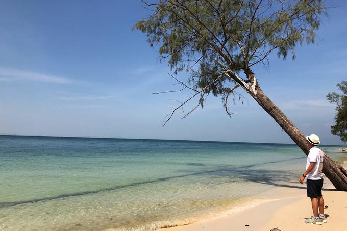 Nếu có thời gian, bạn có thể đặt canô để khám phá các bãi biển xung quanh làng chài. Nhiều bãi ở đây nước trong, cát trắng, rất thích hợp để cắm trại.
