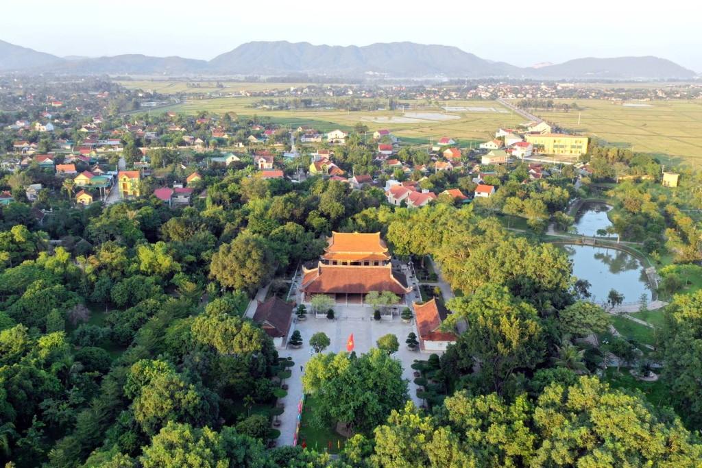 Khu di tích Kim Liên nằm ở huyện Nam Đàn (Nghệ An) có các điểm và cụm di tích cách nhau 2-10 km. Nơi đây lưu giữ những hiện vật, tài liệu, không gian gắn với thời niên thiếu của Chủ tịch Hồ Chí Minh và những người thân trong gia đình.  Khu di tích được trùng tu và xây dựng lại từ những năm 1960. Năm 1979, nơi đây được xếp hạng là Di tích Quốc gia đặc biệt và là một trong bốn di tích quan trọng bậc nhất của cả nước liên quan tới Chủ tịch Hồ Chí Minh.