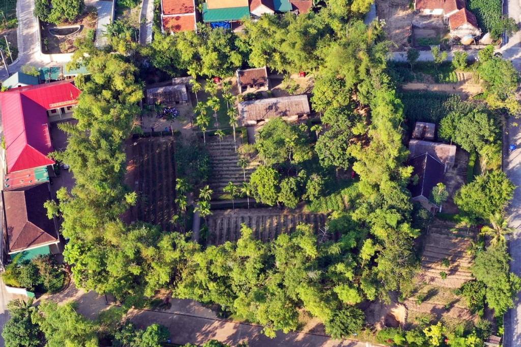 Cụm di tích Hoàng Trù, nằm trong khuôn viên rộng khoảng 3.500 m2, bao gồm: Nhà thờ chi nhánh họ Hoàng Xuân, nhà cụ Hoàng Đường (ông ngoại Chủ tịch Hồ Chí Minh), nhà của cụ Nguyễn Sinh Sắc và bà Hoàng Thị Loan (cha mẹ Chủ tịch Hồ Chí Minh).
