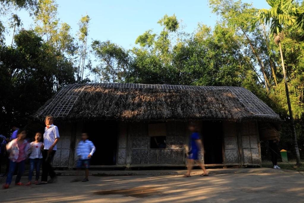 Ngôi nhà của cụ Nguyễn Sinh Sắc và bà Hoàng Thị Loan. Đây là một ngôi nhà nhỏ ba gian, lợp tranh, nằm trên đất vườn.