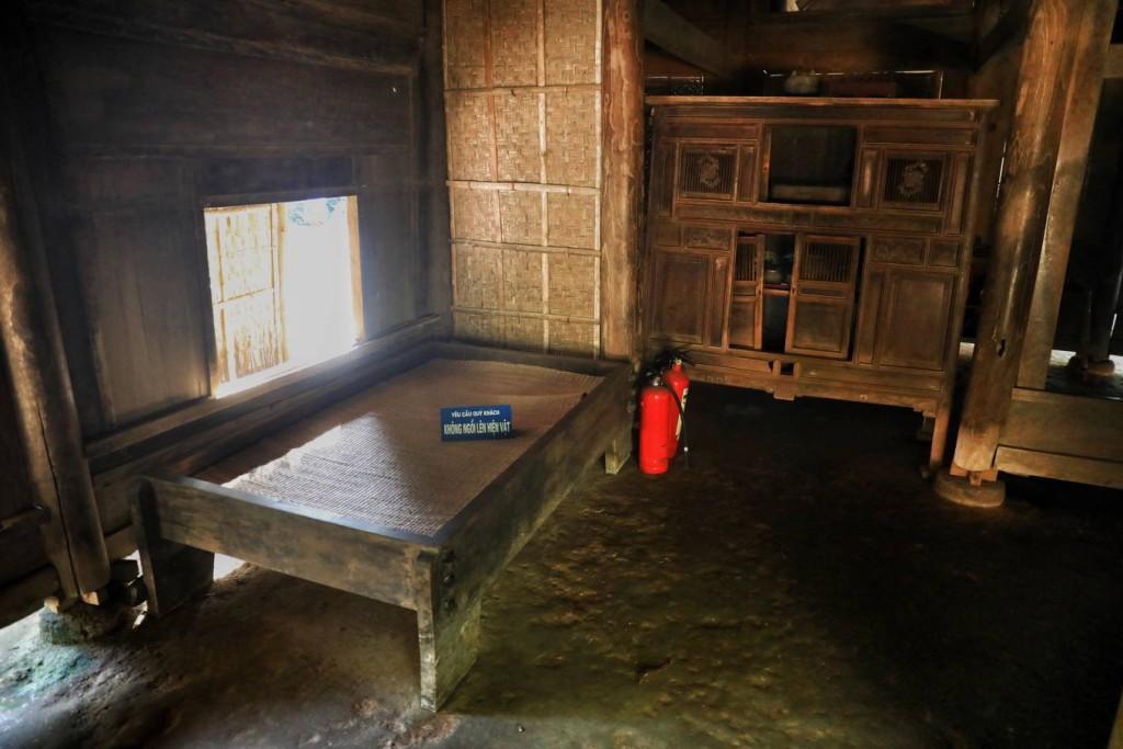 Chiếc giường nhỏ, đơn sơ bằng gỗ xoan, trải chiếu mộc vẫn còn lưu giữ lại tại nhà ngoại của Chủ tịch Hồ Chí Minh.